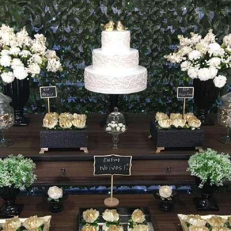 38. Capriche nos arranjos de flores para a decoração de noivado simples – Foto: Dona Decor Eventos