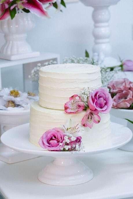 13. O tom de rosa nas flores do bolo de noivado simples deu um toque especial à decoração – Foto: Julia Guedes