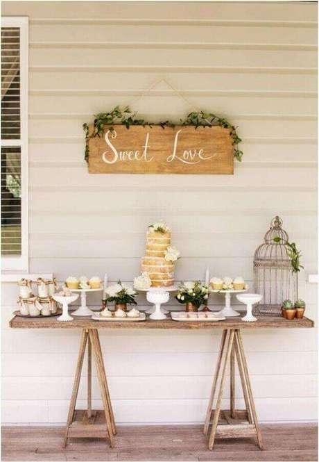 60. Decoração simples e rústica para mesa de festa de noivado simples – Foto: Beauty of Wedding