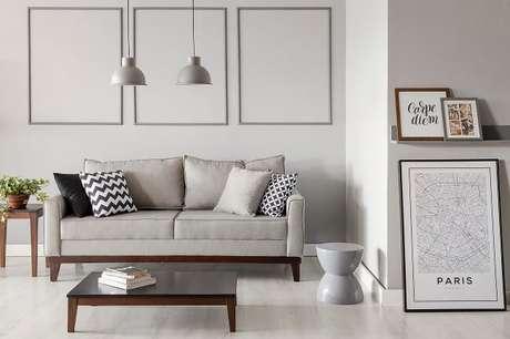 2. Mudar os móveis de lugar é uma ótima maneira de transformar a sala gastando zero ou pouco dinheiro. Fonte: Mobly