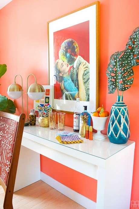 1. Decoração cor coral com quadro colorido – Foto Pinterest