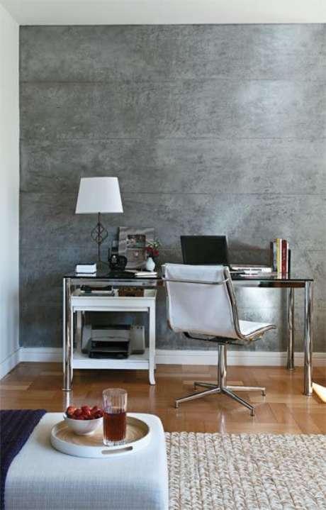 12. Escritório com papel de parede rustico concreto – Foto Casa Abril