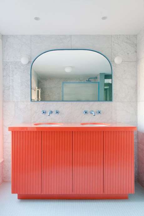 41. Gabinete cor coral para banheiro moderno – Foto 2L GStudio