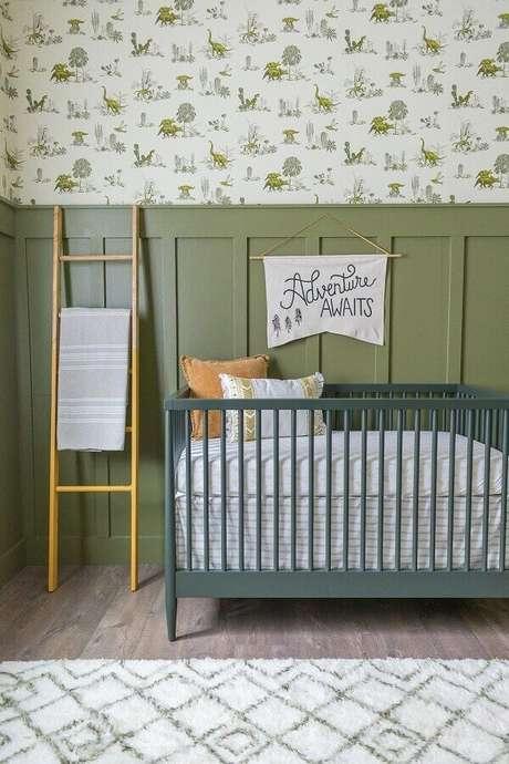 45. Decoração para quarto de bebê com tinta verde oliva para parede e berço cinza – Foto: Pinterest