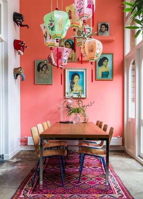 57. Sala de jantar com parede coral – Foto Jeito de Casa