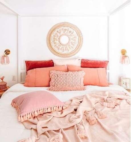 22. Decoração com roupa de cama cor coral – Foto Athome With Ashley