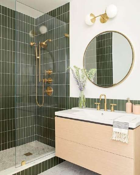 48. Revestimento verde oliva para decoração de banheiro com gabinete suspenso de madeira – Foto: Casa de Valentina