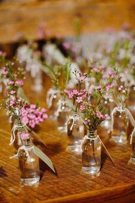40. Pequenos vasinhos de vidro podem ser usados como solitárias para a decoração simples de noivado – Foto: Pinterest
