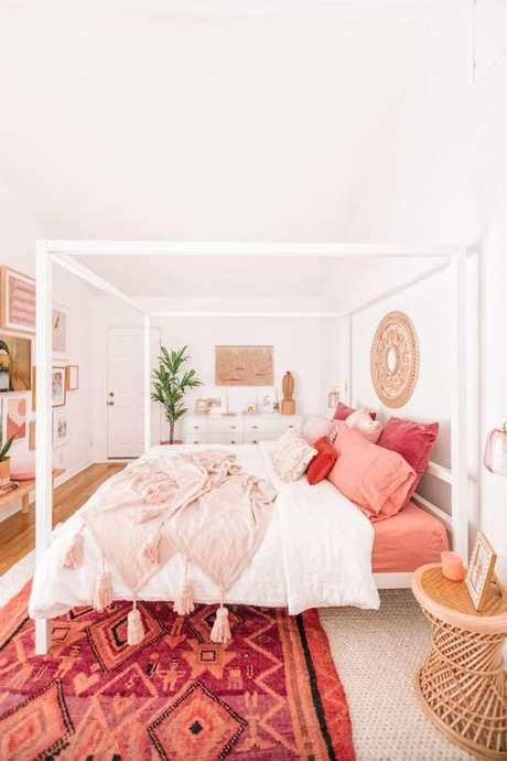 51. Roupa de cama cor coral no quarto moderno – Foto Studio DIY