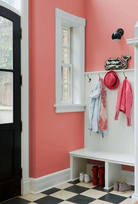46. Parede rosa coral na entrada de casa – Foto Pinteret