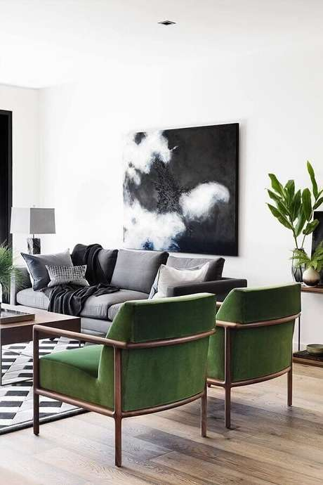 41. Sala branca decorada com sofá cinza e poltronas com tecido verde oliva – Foto: Interior Design