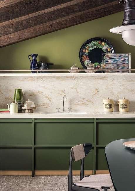 33. Decoração verde oliva para cozinha com teto de madeira – Foto: Archiexpo