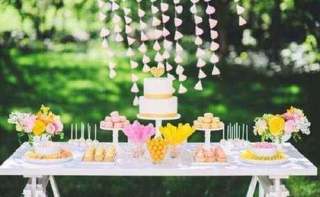 48. Decoração em tons pastéis para mesa de noivado com bolo dois andares e cortina de coração – Foto: Cris Raupp