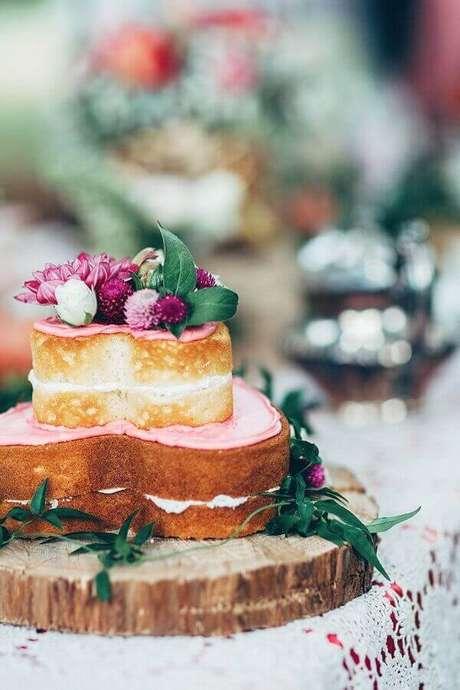 70. Já pensou em um naked cake em formato de coração para a sua festa de noivado? Fica lindo e é super romântico – Foto: Rock My Wedding