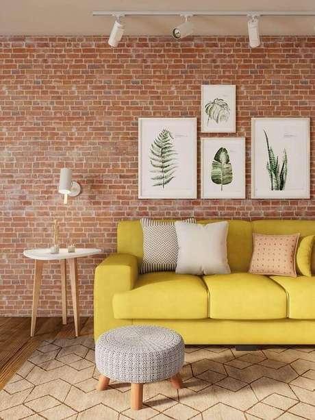 23. Sala de estar com papel de parede rustico com sofá amarelo -Foto Revista VD