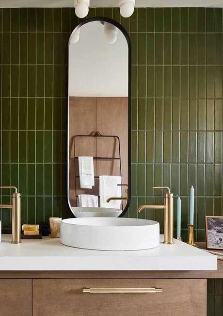 49. Banheiro decorado com revestimento verde oliva – Foto: Pinosy
