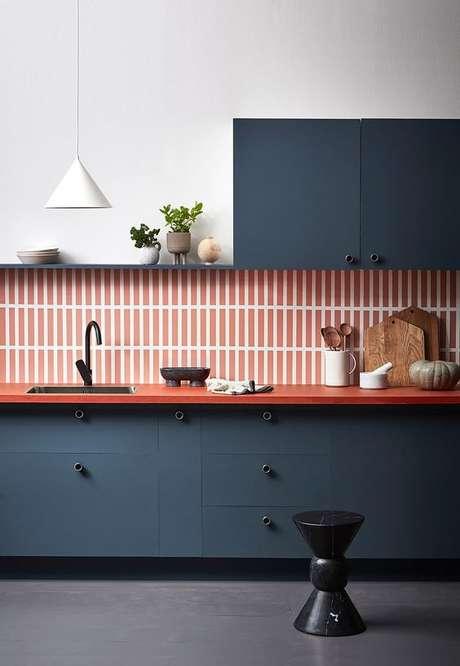 18. Cozinha com revestimento na cor coral e armários azuis – Foto Home Style