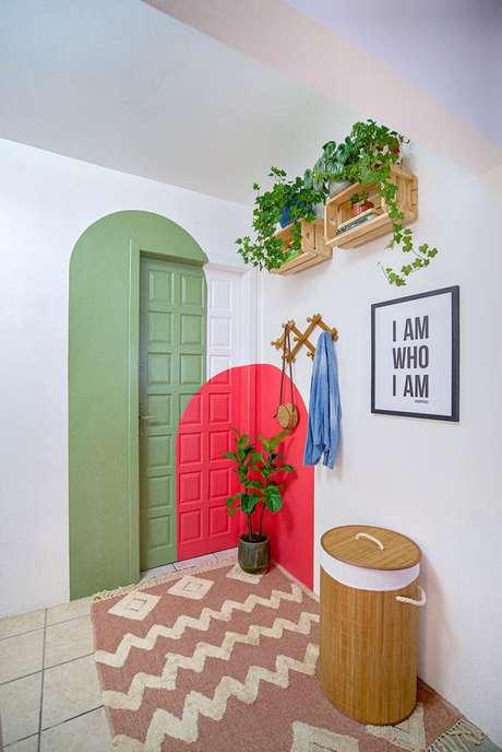 9. Porta decorada com desenho verde e cor coral – Foto Pinterest