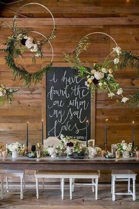 16. Arranjos com flore e folhagens são perfeitos para levar um toque mais leve e romântico para a decoração simples de noivado – Foto: DIY Ideas Designs