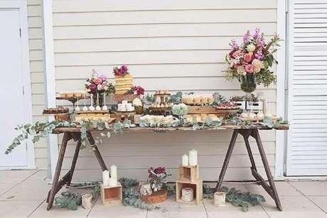 53. Decoração rústica para mesa de noivado simples com folhagens, velas e arranjos de flores – Foto: Simple Rustic