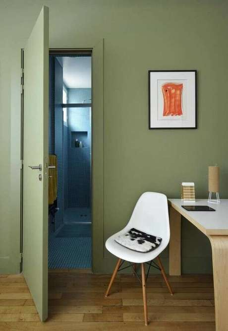 23. Home office simples decorado com tinta verde oliva para paredes – Foto: Modern House Design
