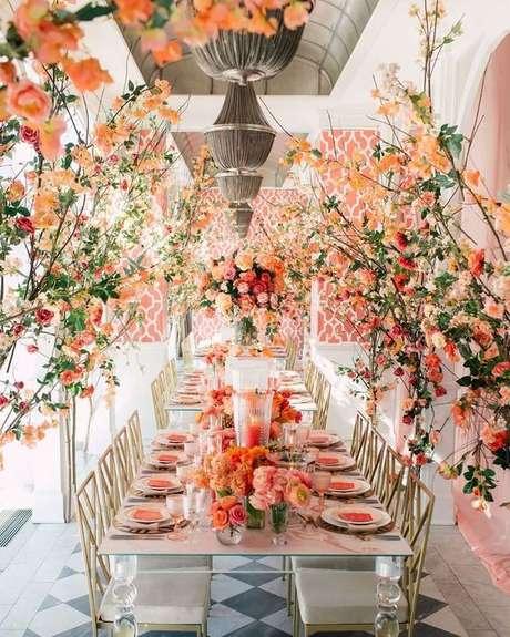 63. Mesa de jantar com flores e decoração cor coral – Foto Pinterest