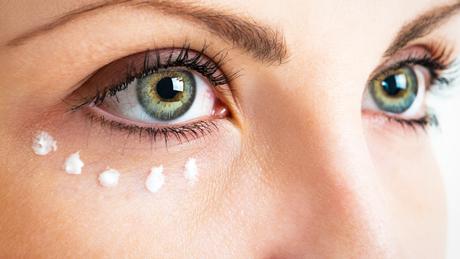 Confira as dicas de skincare para cuidar da área dos olhos