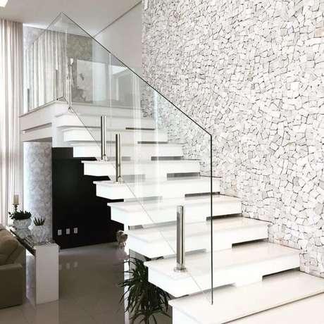 18. Revestimento de pedra portuguesa branca decora a escada. Fonte: Vanessa Guerra Arquitetura