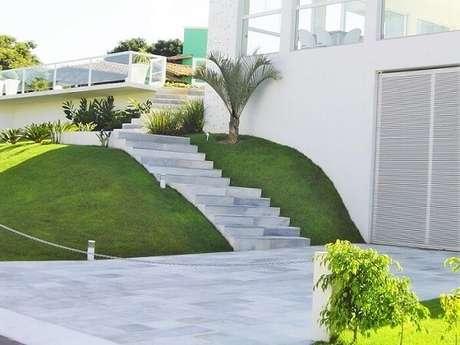 40. O revestimento de pedra São Tomé branco encanta a fachada da casa. Fonte: Pinterest