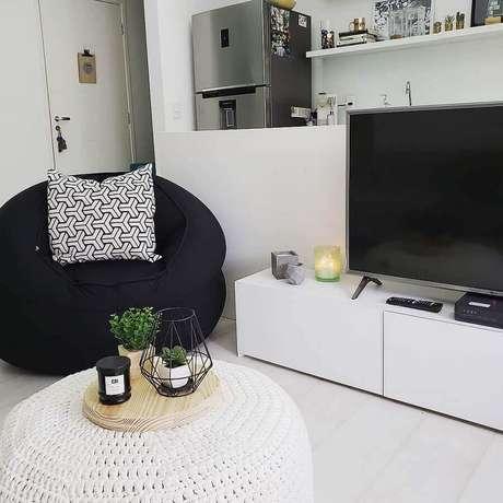 4. Decoração simples para sala branca com puff fofão preto – Foto: Pinterest