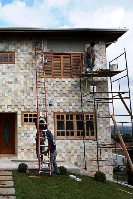 46. Fachada externa com revestimento de pedra São Tomé. Fonte: Pinterest