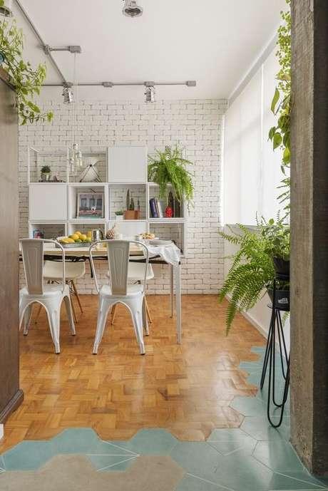 35. Sala de jantar com cadeira de ferro branca – Foto Casa Vogue