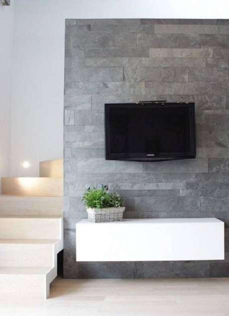 17. Revestimento de pedra para parede miracema decora a estrutura do painel de TV. Fonte: Pinterest