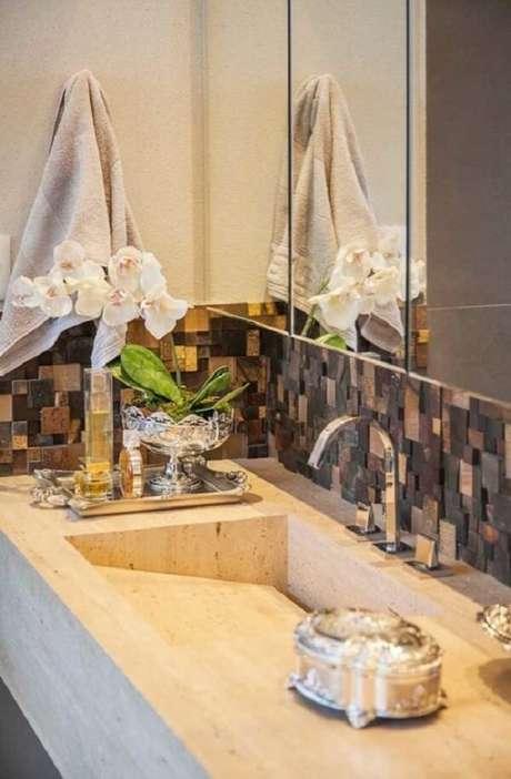 49. Detalhe sobre a bancada do banheiro ganha um toque sofisticado na presença do revestimento de pedra ferro. Fonte: Pinterest