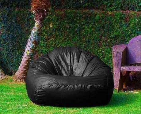 30. Puff fofão preto para decoração de jardim – Foto: Madeira Madeira