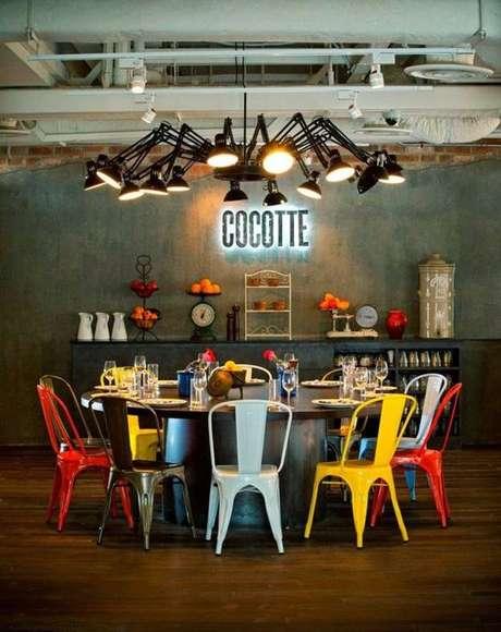 36. Sala de jantar com cadeira de ferro colorida Foto Casa Vogue