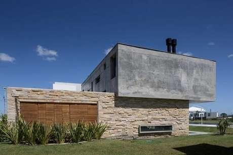 55. Casa moderna com revestimento de pedra São Tomé. Fonte: Pinterest