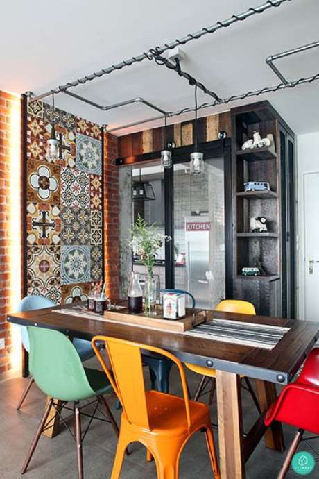 8. Decoração moderna com cadeira de ferro e coloridas – Foto Qanvast
