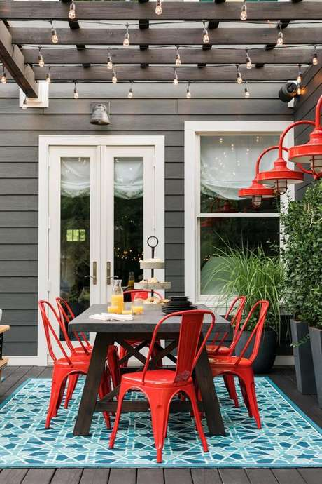2. Area externa com cadeira de ferro vermelha – Foto HGTV