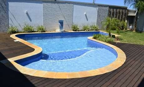 38. O revestimento de pedra São tomé reveste a borda da piscina. Fonte: Pinterest