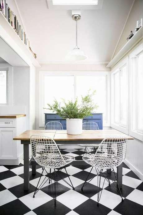 25. Cozinha com mesa pequena e cadeira de ferro branca – Foto Domino