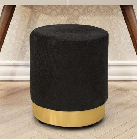 2. Modelo de puff preto com detalhe em dourado ideal para espaços modernos e sofisticados – Foto: Pinterest