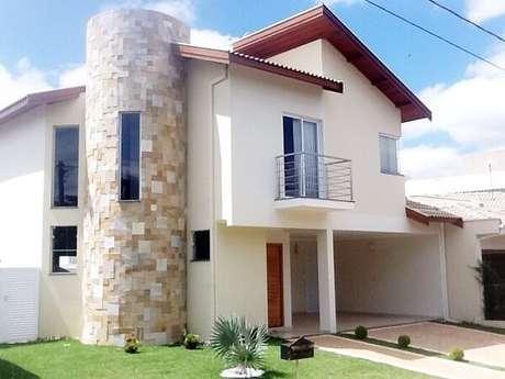 34. Parte da fachada da casa foi feita com revestimento de pedra São tomé. Fonte: Pinterest