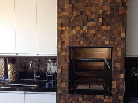 54. Área gourmet com churrasqueira revestida de pedra ferro. Fonte: Pinterest