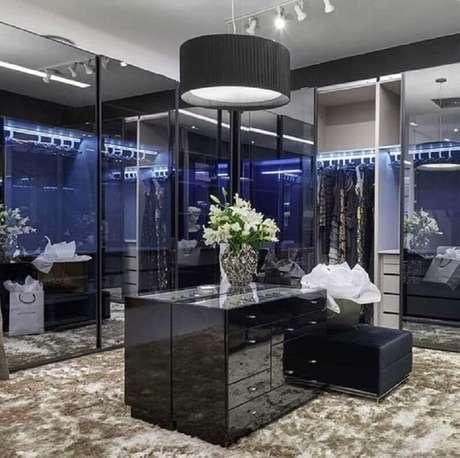 13. Closet sofisticado decorado com tapete felpudo e puff preto – Foto: Decor Salteado