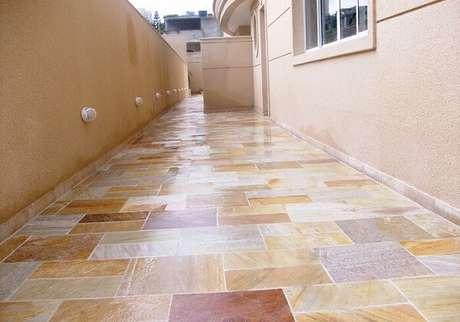 37. O revestimento de pedra São Tomé mesclado foi escolhido para compor o piso do corredor. Fonte: Paraíso das Pedras