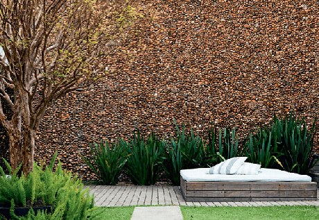 2. Revestimento de parede externa pedra feita com seixo marrom. Fonte: Pinterest