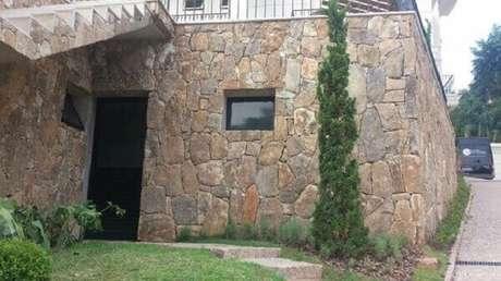 23. Revestimento de pedra para muro com pedra bolão. Fonte: Pinterest