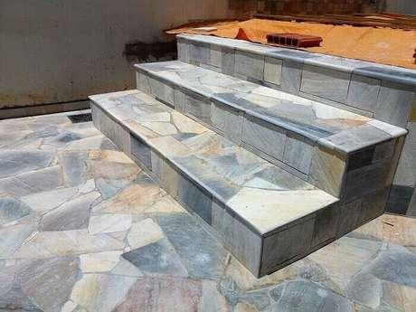 15. Revestimento de pedra São Tomé mesclado cobre o piso e os degraus da área externa. Fonte: Pinterest