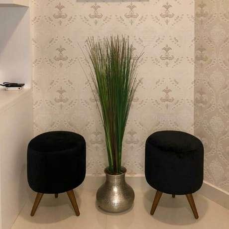 29. Puff banqueta preto para decoração de hall de entrada com papel de parede – Foto: Pinterest